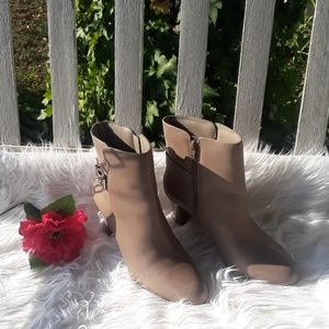 💼📁PRICE DROP NWOT BEAUTIFUL TAUPE COLOR BOOTIES